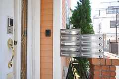 玄関のドアはナンバー式のオートロックです。ポストは部屋ごとに用意されています。(2014-03-24,周辺環境,ENTRANCE,1F)