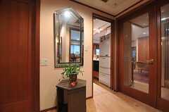 廊下の様子。右手のドアがリビングで、その隣がキッチンです。左手のドアは水まわり。(2014-01-30,共用部,OTHER,1F)