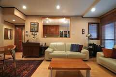 奥の部屋がキッチンです。(2014-01-30,共用部,LIVINGROOM,1F)