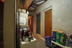 廊下の様子。正面のグレイカラーのドアから直接ガレージに出ることができます。(2014-01-30,共用部,OTHER,)