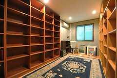 専有部の様子。本棚が両側に並んでいます。(101号室)(2014-01-30,専有部,ROOM,)