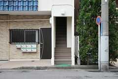 階段の先に玄関があります。(2014-03-03,共用部,OUTLOOK,1F)