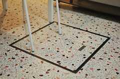 床下収納もあります。凹凸のあるシートの張られた床がノスタルジックです。(2014-03-03,共用部,LIVINGROOM,1F)