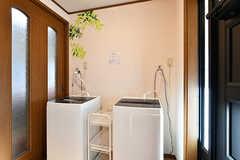 廊下に設置された洗濯機の様子。(2018-01-29,共用部,LAUNDRY,1F)