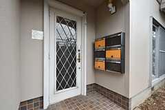 シェアハウスの玄関ドア。ポストは専有部ごとに用意されています。(2016-06-14,周辺環境,ENTRANCE,1F)