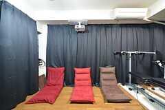 正面から見た座椅子の様子。プロジェクターも設置されています。黒いカーテンが取り付けられ、映画館のような雰囲気を演出しています。(2016-03-11,共用部,LIVINGROOM,2F)