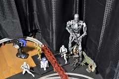 R2-D2やエイリアンのフィギュアがレールを見守ります。(2016-03-11,共用部,OTHER,2F)