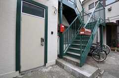 シェアハウスの正面玄関。階段の先の2階にも正面玄関があります。(2012-02-16,周辺環境,ENTRANCE,1F)