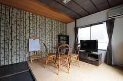 ラウンジの様子。壁紙は竹柄でインパクトありです。(2012-02-16,共用部,LIVINGROOM,2F)