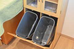 ゴミ箱は見えないように棚の中に。(2016-06-02,共用部,KITCHEN,2F)