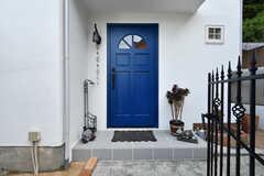 玄関ドアの様子。上部の窓から、ほんのり内部の灯りが見えます。(2018-09-05,周辺環境,ENTRANCE,1F)