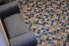 床はタイル。腰掛けて靴を履けるよう、小さな椅子が設置されています。(2018-09-05,周辺環境,ENTRANCE,1F)