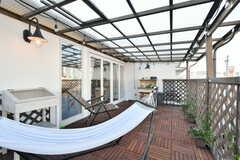 ベランダの様子2。全面に屋根が取り付けられていて、雨の日でも使えます。(2018-09-05,共用部,OTHER,2F)