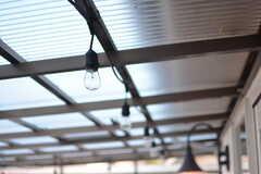 屋根に取り付けられた電球。夜になったらロマンチックな雰囲気を演出できそうです。(2018-09-05,共用部,OTHER,2F)