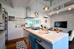 キッチンの様子2。カウンターは白いタイルが貼られています。(2018-09-05,共用部,KITCHEN,2F)
