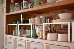 食器棚の様子2。小さなアリスも発見。(2018-09-05,共用部,KITCHEN,2F)