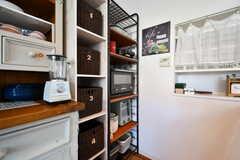 数字のついたバスケットには、部屋ごとに調味料や食材を収納しておけます。隣の棚にはキッチン家電が並んでいます。(2018-09-05,共用部,KITCHEN,2F)