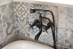 電話のようなデザインのシャワーヘッド。タイルも素敵です。(2018-09-05,共用部,BATH,1F)