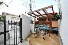 自転車置き場の様子。屋根付きです。(2018-09-05,共用部,GARAGE,1F)