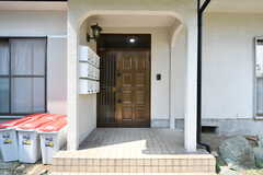 玄関の様子。(A棟)(2020-08-18,周辺環境,ENTRANCE,1F)