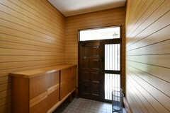 内部から見た玄関まわりの様子。(A棟)(2020-08-18,周辺環境,ENTRANCE,1F)
