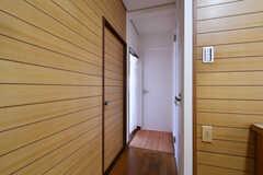 廊下の突き当たり左奥にリビング、左手前にバスルーム、右手にトイレ、正面にA-101号室があります。(A棟)(2020-08-18,共用部,OTHER,1F)
