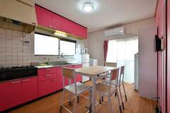 リビングの様子。キッチンが併設されています。(A棟)(2020-08-18,共用部,LIVINGROOM,1F)