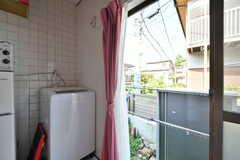キッチン横に洗濯機が設置されています。窓の外は物干しスペースです。(A棟)(2020-08-18,共用部,LAUNDRY,1F)
