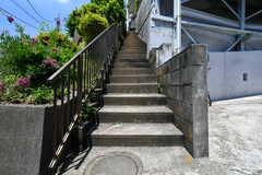 階段の先はシェアハウスの玄関です。(2018-05-24,周辺環境,ENTRANCE,1F)