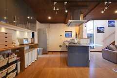 正面玄関から見たキッチン周辺の様子。(2015-03-26,共用部,KITCHEN,1F)