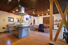 正面玄関から見たキッチンとリビングの様子。(2015-03-26,共用部,LIVINGROOM,1F)