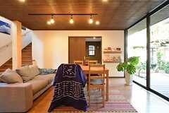 ダイニングテーブル周辺の様子。窓が大きく明るい空間。(2015-03-26,共用部,LIVINGROOM,1F)