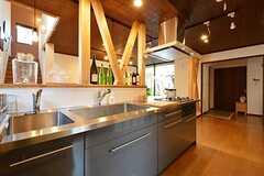 キッチンの様子2。リビングと玄関の間には引き戸があります。(2015-03-26,共用部,KITCHEN,1F)