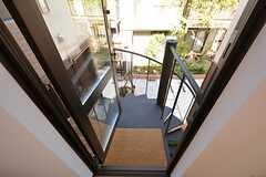 廊下からは螺旋階段に出られます。螺旋階段から内部に入ることもできます。(2015-03-26,共用部,OTHER,2F)