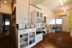食器棚には電子レンジ、炊飯器、電気ケトルが設置されています。(2018-03-02,共用部,KITCHEN,1F)