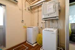 キッチン脇には洗濯機と乾燥機が設置されています。(2018-03-02,共用部,LAUNDRY,1F)