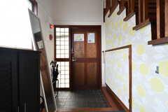 内部から見た玄関の様子。靴箱は2箇所に設置されています。(2018-02-23,周辺環境,ENTRANCE,1F)