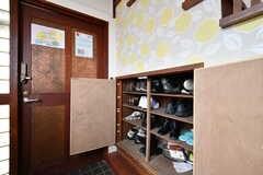 靴箱の様子。専有部ごとに使えるスペースが決まっています。(2018-02-23,周辺環境,ENTRANCE,1F)