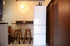 カウンターのとなりに冷蔵庫が置かれています。(2016-04-05,共用部,LIVINGROOM,1F)