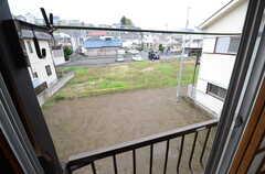 窓から見た外の景色。物干しができます。(201号室)(2016-04-05,専有部,ROOM,2F)