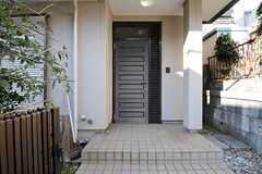 シェアハウスの玄関ドアの様子。(2012-02-03,周辺環境,ENTRANCE,1F)