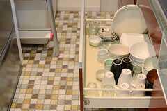 シンク下の収納には食器類がたくさん。(2013-11-06,共用部,KITCHEN,1F)