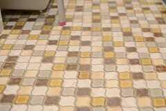 個性的なタイルが、キッチンスペースを明るく彩っています。(2013-11-06,共用部,KITCHEN,1F)