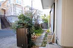 玄関脇の小道の様子。(2012-02-03,共用部,OTHER,1F)
