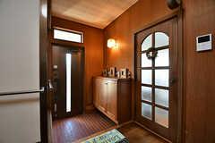 内部から見た玄関周りの様子。レトロな雰囲気です。(B棟)(2017-02-15,周辺環境,ENTRANCE,1F)