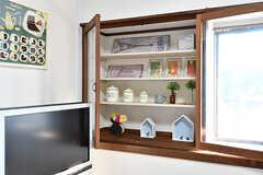 飾り棚の様子。小物は事業者さんが自宅から持ってきたお気に入りだそう。(B棟)(2017-02-15,共用部,LIVINGROOM,1F)