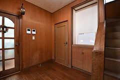 廊下の様子。正面のドアの先がバスルームです。(B棟)(2017-02-15,共用部,OTHER,1F)