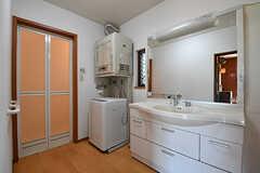 脱衣室の様子。洗面台と洗濯機、乾燥機が設置されています。(B棟)(2017-02-15,共用部,BATH,1F)