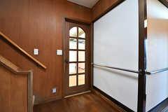 玄関の隣に位置するドミトリーのドア。(B-101号室)(2017-02-15,専有部,ROOM,1F)