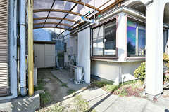 A棟とB棟のあいだに洗濯物が干せるスペースがあります。屋根付きなので雨でも安心。(2017-02-15,共用部,OUTLOOK,1F)